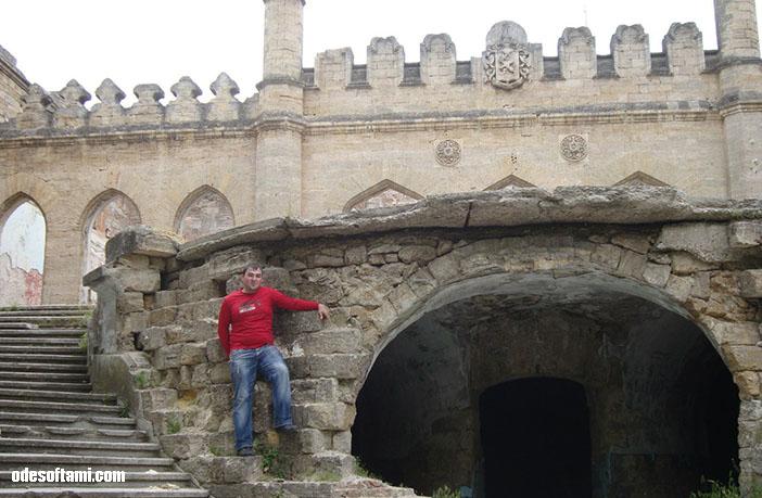 Я на фото сзади - замок в с. Петровка, Одесской области