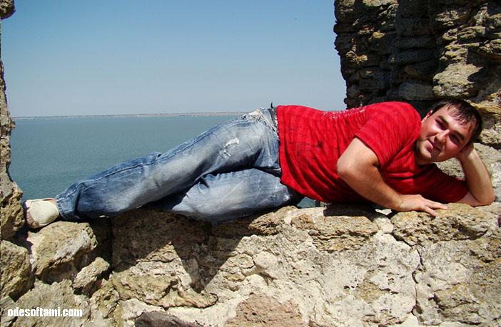 Аккерман - устал и прилег прямо на стену
