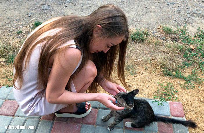 Анастасия Сандул и кот на Ранчо дядюшка Бо. Одесская область - odesoftami.com