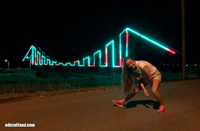 Анастасия Сандул и Денис Алексеенко  в поисках звезд нашли мост. Одесская область - odesoftami.com