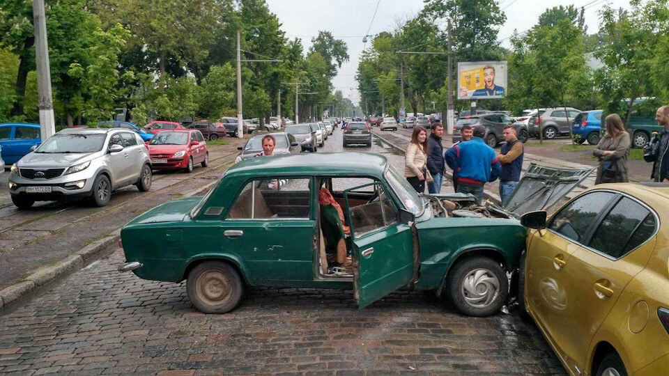 На Французком бульваре поцелуйки…