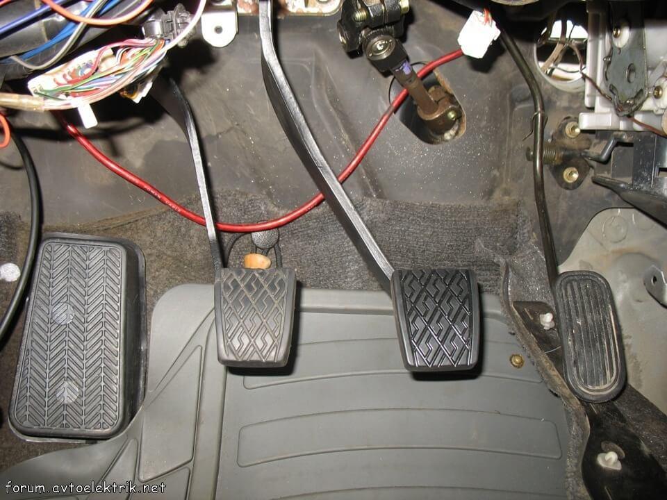 есть вопрос :-) Про подставку под ногу Toyota Corolla… и ее крепление