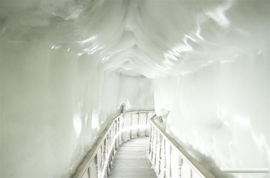 Древняя ледяная пещера на севере Китая.