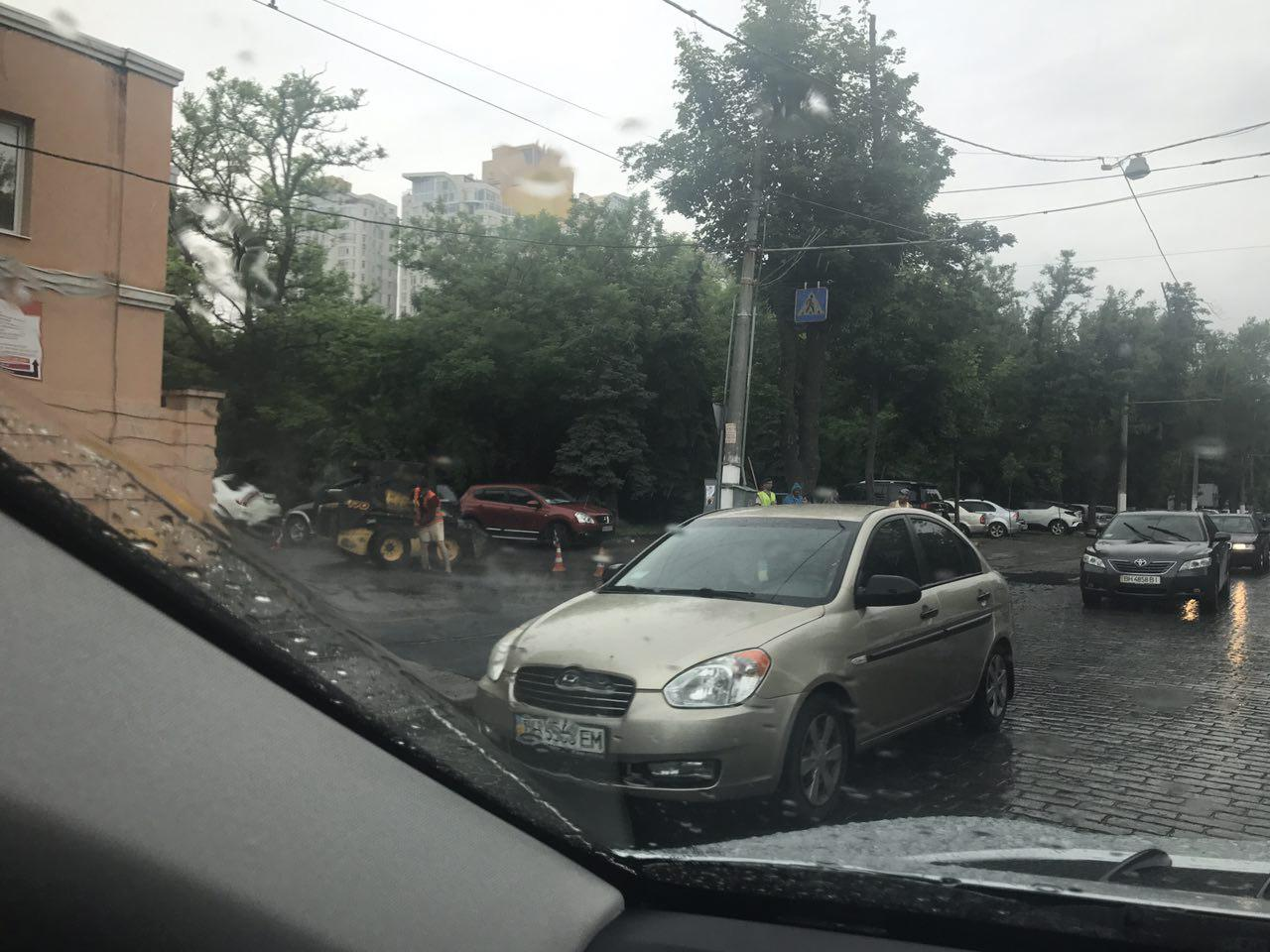 Дождь не помеха чтоб стелить асфальт в Одессе